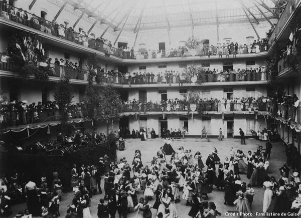 Le Familistère de Guise (fête de l'enfance en 1909)